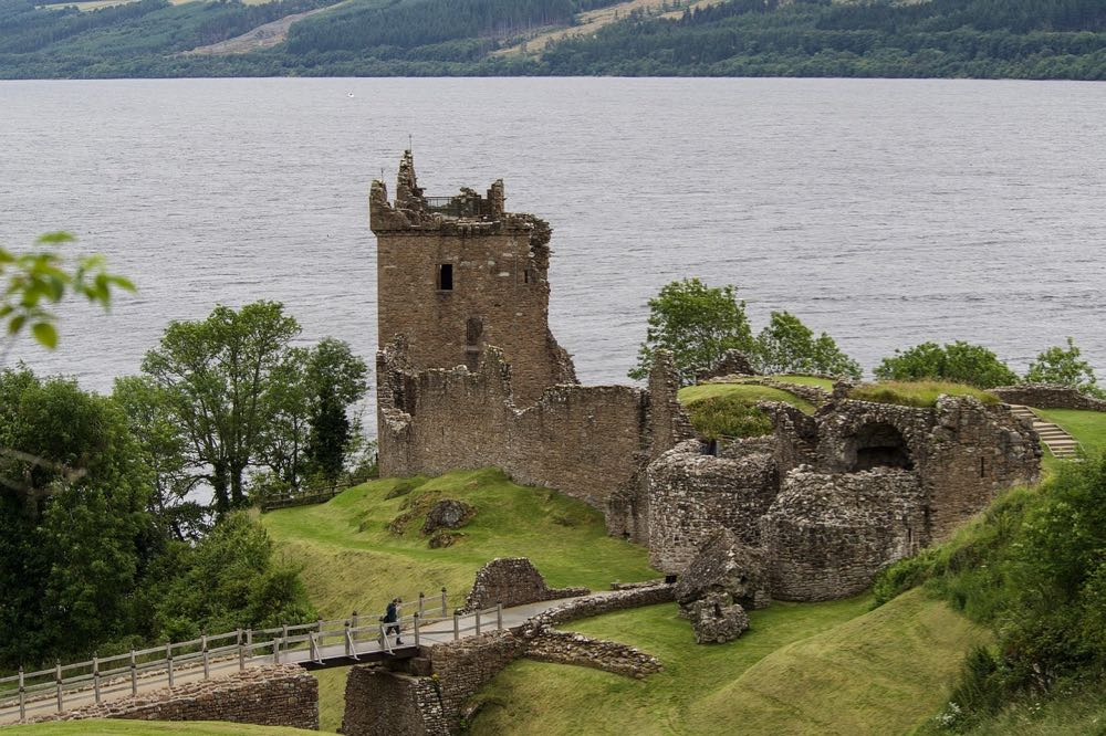 Château sur les bords du Loch Ness en Ecosse