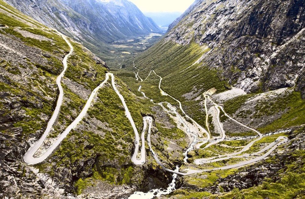 Les onzes lacets de la route des Trolls en Norvège